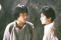 Weil ihm mal wieder das Geld ausgeht, will Jackie (Jackie Chan, l.) einen kostbaren mittelalterlichen Armschutz versteigern. Auf der Auktion zeigt eine mysteriöse Schönheit (Rosamund Kwan, r.) auffälliges Interesse ...