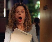 Ally (Calista Flockhart) öffnet die Tür und sieht zum ersten Mal ihre Kollegin... nackt!