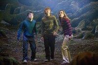 Fudge hat eine neue Dozentin für das Fach Verteidigung berufen: die heuchlerische Dolores Umbridge. Mit ihrer Hilfe will er die Hogwarts-Schüler (v.l.n.r.: Daniel Radcliffe, Rupert Grint, Emma Watson) besser überwachen - vor allem natürlich Harry ...