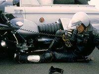 Als das berüchtigte Oberhaupt der Höllenjockeys, der Nightrider, aus dem Gefängnis ausbricht und auf seiner Flucht mit einem entwendeten V8-Polizeieinsatzfahrzeug eine Spur der Verwüstung hinterlässt, macht sich der Polizist Max Rockatansky (Mel Gibson) an die Verfolgung...