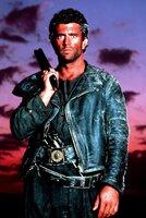 Als Mad Max (Mel Gibson) bei einem Überfall um sein letztes Hab und Gut gebracht wird, führt ihn die Suche nach seinen Habseligkeiten in die festungsähnliche Endzeit-Stadt Bartertown ...