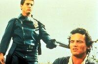 """Nun sollte Johnny (Tim Burns, r.) am besten nichts Falsches sagen. Ansonsten macht  """"Mad Max"""" (Mel Gibson, l.) kurzen Prozess ..."""