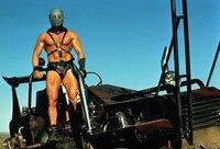 Die Konstrukteure einer kleinen Öl-Raffinerie werden von einer brutalen Motorrad-Bande unter der Führung des sagenumwobenen Humungus (Kjell Nilsson) belagert.