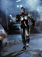 Der unbesiegbare Cyborg Robocop (Peter Weller), der sich nur in Albträumen an seine frühere Existenz erinnert, geht auf Streife und erweist sich zunächst als der perfekte Polizist.