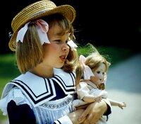 Die kleine Annemarie Braun (Kathrin Toboll) wächst wohlbehütet unter der Aufsicht des geliebten Kindermädchens Lena auf. Ein besonderes Vergnügen ist ein sonntäglicher Spaziergang im Park, noch vor dem Frühstück mit den Eltern.