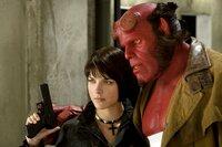 Liz (Selma Blair, l.) und Hellboy (Ron Perlman, r.) müssen lernen, mit Beziehungsproblemen umzugehen.