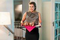 Die etwas zu engagierte Gastgeberin Bettina (Valerie Niehaus) versorgt ihre Gäste mit dem Welcome-Drink: Moscow Mule in dazu passenden Kupferbechern.