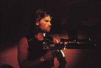 New York im Jahr 1997. Reinzugehen ist verrückt, auszubrechen unmöglich. Trotzdem wird der Sträfling und ehemalige Elite-Soldat Snake Plissken (Kurt Russell) ausgesandt, um den Präsidenten zu retten. Unglücklicherweise kapern Terroristen dessen Flugzeug und nehmen ihn als Geisel.
