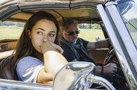 Juli (Vanessa Mai) und ihr Vater Wim (Axel Prahl) müssen sich zusammenraufen.