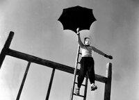 Uli (Knut Mahlke) springt mit einem Schirm vom Klettergerüst, um allen zu beweisen, dass er kein Feigling ist.