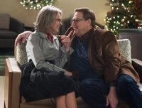 An Weihnachten eskalieren die meisten Streitigkeiten. Anders als gedacht, raufen sich Sam (John Goodman, r.) und Charlotte (Diane Keaton, l.) trotz ihrer Ehekrise zusammen. Ist der Rosenkrieg überwunden?