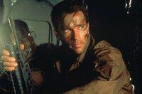 Major Dutch Schaefer (Arnold Schwarzenegger) glaubt auf eine Routine-Mission geschickt zu werden, doch als sein Trupp auf mysteriöse Weise immer mehr dezimiert wird, wird ihm klar, dass dieses ganz sicher kein normaler Auftrag ist ...