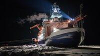 """Es ist die größte Arktis-Expedition aller Zeiten: Im September 2019 macht sich der deutsche Eisbrecher """"Polarstern"""" auf den Weg und driftet eingefroren für ein Jahr durch die Eiswüste nahe des Nordpols. An Bord: die besten Wissenschaftler ihrer Generation. Ihre Aufgabe: Daten sammeln – über den Ozean, das Eis und die Atmosphäre. Die Mission: den Klimawandel verstehen. Die Corona-Pandemie stellt die Crew vor zusätzliche Herausforderungen. Der Dokumentarfilm liefert eine spektakuläre Nahaufnahme der """"MOSAiC""""-Expedition des Alfred-Wegener-Instituts, Helmholtz-Zentrum für Polar- und Meeresforschung (AWI). Er wird produziert von der UFA Show & Factual in Kooperation mit dem rbb, NDR und HR für Das Erste. - Fest eingefroren driftet die Polarstern mit dem Meereis. Zur Sicherheit sind Schiff und Scholle durch Eisanker verbunden."""