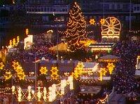 Weihnachtsmann oder Christkind, Lebkuchen oder Pfefferkuchen, Dresdner Christstollen oder schwäbisches Hutzelbrot - jede Region hat ihre eigenen Bräuche. Eine Reise ins Weihnachtsland von der Küste bis in die Alpen, mit vielen Schätzen aus dem Fernseharchiv. - Berliner Weihnachtsmarkt in den 1970ern.
