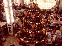 Weihnachtsmann oder Christkind, Lebkuchen oder Pfefferkuchen, Dresdner Christstollen oder schwäbisches Hutzelbrot - jede Region hat ihre eigenen Bräuche. Eine Reise ins Weihnachtsland von der Küste bis in die Alpen, mit vielen Schätzen aus dem Fernseharchiv. - Weihnachtsbaum in einem Kaufhaus in Berlin in den 1970ern.