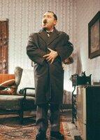Alfred (Heinz Schubert) friert. Else ist nicht da und der Ofen ist aus. Er ist empört, dass Else und die Kinder ihm dieses Unbill aussetzen.