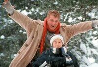 Engel Johannes (Heinz Hoenig, oben) amüsiert sich prächtig mit dem elfjährigen Julian (Marian Lösch).