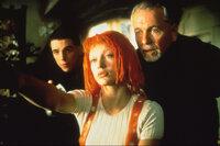 Augenblicklich erkennt der Priester Cornelius (Ian Holm, r.) in dem geheimnisvollen Mädchen Leeloo (Milla Jovovich, M.) die Trägerin des fünften Elements ...