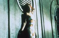 Das wunderschöne Mädchen Leeloo (Milla Jovovich) ist die Trägerin des fünften Elements, doch nur im Zusammenspiel mit den vier anderen Elementen kann die Macht des Bösen gebrochen werden ...