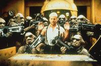 Sein Leben hängt an einem seidenen Faden: Korben (Bruce Willis, M.) ist den Mangalores in die Hände gefallen ...