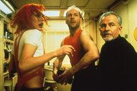 Leeloo (Milla Jovovich, l.), Cornelius (Ian Holm, r.) und Korben (Bruce Willis, M.) sind entschlossen, die vier rettenden Steine in ihren Besitz zu bringen. Mutig nehmen sie den Kampf gegen das Böse auf ...