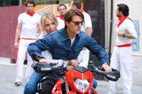 Vertrauen ist gut, Kontrolle ist besser: Schon bald wird June (Cameron Diaz, l.) klar, dass sie niemanden vertrauen darf, auch ihrem scheinbaren Retter Roy (Tom Cruise, r.) nicht ...
