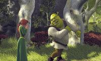Nur knapp wird Prinzessin Fiona (l.) verfehlt. Dafür hat es Shreks (r.) Allerwertesten erwischt. Wie kommt der Pfeil da jetzt wieder raus?