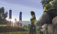 Als Prinzessin Fiona (2.v.r.) ihrem zukünftigen Gatten Lord Farquaad (l.) gegenübersteht, könnte Shrek (r.) in seine geliebten Sümpfe zurückkehren - doch ihn zieht nun nichts mehr dorthin ...