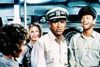 """Matt Sherman (Cary Grant) wird Kommandant des reparaturbedürftigen U-Boots """"Sea Tiger"""". Er hat Pech. Erst wird das Boot bei einem Angriff schwer getroffen, dann muss er noch fünf gestrandete Krankenschwestern aufnehmen,"""