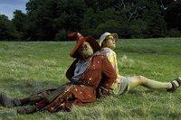 Die Welt ist eine Scheibe und der böse Hexer Trymon will sie sich unterwerfen. In diesen Plan geraten der trottelige Magier Rincewind und der naive Zweiblum, der erste Tourist, der je die Scheibenwelt betreten hat. Das Schicksal und die Götter führen die beiden zusammen. Das große Abenteuer zur Rettung der Welt beginnt. Im Bild: Sir David Jason as Rincewind & Sean Astin as Twoflower ©RHI/Bill Kaye