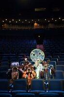 """ARD/rbb LAMPENFIEBER, """"5 Freunde und ihr großer Auftrit"""", am Sonntag (27.12.20) um 12:05 Uhr im ERSTEN. """"Lampenfieber"""" erzählt von Kindern und Jugendlichen, die auf die Bühne wollen. Sie proben für den großen Auftritt. Sie wollen mitspielen bei einem Musical. Es ist ein langer Weg dorthin. Werden Nick, Maya, Alex, Oscar und Luna es schaffen? Ein Film über das Abenteuer """"Erwachsenwerden"""" und über junge Menschen, die in ihrer Rolle wachsen. Ein Coming-of-Age-Film für die ganze Familie. - Nick, Maya, Luna, Alex und Oskar in Kostümen im Zuschauerraum des Friedrichstadt-Palastes. © rbb/gebrueder beetz Filmproduktion/Konrad Waldmann, honorarfrei - Verwendung gemäß der AGB im engen inhaltlichen, redaktionellen Zusammenhang mit genannter rbb-Sendung bei Nennung """"Bild: rbb/gebrueder beetz Filmproduktion/Konrad Waldmann"""" (S2+). rbb Presse & Information, Masurenallee 8-14, 14057 Berlin, Tel: 030/97 99 3-12118 oder -12116, pressefoto@rbb-online.de"""
