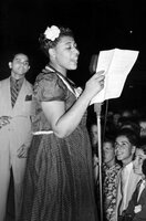 1938 trat Ella Fitzgerald (vorne) mit dem Dirigenten Chick Webb (hinten li.) und seinem Orchester im Asbury Park Casino auf.