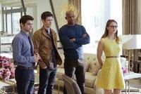 Barry Allen (Grant Gustin, 2.v.l.) braucht die Hilfe von Kara (Melissa Benoist, r.), James (Mehcad Brooks, 2.v.r.) und Winn (Jeremy Jordan, l.). Mit seinen außergewöhnlicher Fähigkeiten, reist er aus einer Parallelwelt an, wo man ihn the Flash nennt ...
