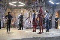 Kara alias Supergirl (Melissa Benoist, 3.v.l.) und Winn (Jeremy Jordan, 3.v.r.) stellen Lucy (Jenna Dewan Tatum, l.) the Flash (Grant Gustin, 4.v.r.) vor. Mit seiner übernatürlichen Schnelligkeit soll er ihnen dabei helfen, die Blitze schleudernde Livewire einzufangen ...