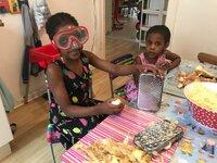 Ogechi und ihre Schwester bereiten das Essen vor.