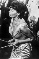 Tom hat Cinzia (Sophia Loren) zum Tanzabend im Country Club eingeladen. Als er kurz anderweitig beschäftigt ist, unterhält Cinzia die Partygesellschaft aufs Beste mit ihrem Lieblingslied.
