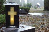 Grab mit Grablicht.  (Symbolfoto)