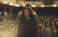 Seit ihrer Kindheit liebt Sophie (Jessica Biel, vorne) nur einen Mann: Edward, der sich seit einigen Jahren Eisenheim (Edward Norton, hinten) nennt und ein berühmter Magier geworden ist. Da trifft sie ihn während einer seiner Shows wieder ...