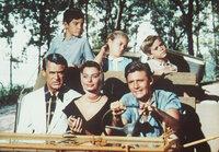 hinten: Charles Herbert, Mimi Gibson, Paul Petersen, vorne: Cary Grant (l.), Sophia Loren (M.)