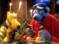 """Stille Nacht auf dem Kutter? Von wegen: Zu Weihnachten geht es hoch her bei Käpt'n Blaubär und seiner Crew. Hein Blöd kämpft mit tiefgefrorenen Leberwurstbrötchen und die Plätzchen gleichen eher verbrannten Gips-Keksen als """"Blaubärs butterzarten Bärenplätzchen"""". Da muß der Blaubär sich was einfallen lassen, damit das das Fest nicht ein einziger Reinfall wird."""
