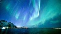"""NDR Fernsehen EIN JAHR AUF DEN LOFOTEN, """"Norwegens Inselwelt am Polarkreis"""", am Sonntag (20.12.20) um 20:15 Uhr. Polarlichter - wissenschaftlich Aurora Borealis - entstehen, wenn geladene Teilchen aus der Erdatmosphäre auf Sauerstoff- und Stickstoffatome in der Hochatmosphäre treffen. © NDR, honorarfrei - Verwendung gemäß der AGB im engen inhaltlichen, redaktionellen Zusammenhang mit genannter NDR-Sendung bei Nennung """"Bild: NDR"""" (S2). NDR Presse und Information/Fotoredaktion, Tel: 040/4156-2306 oder -2305, pressefoto@ndr.de"""