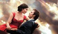 Louisa (Emilia Clarke) und William (Sam Cafflin) kommen sich langsam näher