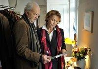Um den Schein zu wahren, hängen Elli (Gaby Dohm) und ihr (Ex-)Mann Robert (Michael Gwisdek) die alten Bilder wieder auf.