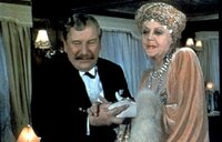 Der belgische Meisterdetektiv Hercule Poirot (Peter Ustinov) macht die Bekanntschaft von Mrs. Van Schuyler (Bette Davis). honorarfrei fuer Ankuendigungen und Veroeffentlichungen im Zusammenhang mit genannter Sendung bei Nennung: ARD/DEGETO (S 2), Presse und Programmbetreuung (069) 1509-334 oder -335