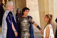 In der Mauern von Troja regiert König Priamos (Peter O'Toole, l.). Eines Tages jedoch raubt sein Sohn Paris (Orlando Bloom, M.) die schöne Königin Helena (Diane Kruger, r.) aus Sparta. Und nun steht eine riesige Armee rachedurstiger Feinde vor seinen Stadtmauern ...
