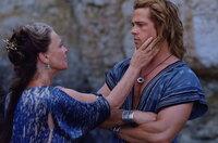 Lässt Achilles (Brad Pitt, r.) nur ungern wieder in den Krieg ziehen: seine Mutter Thetis (Julie Christie , l.) ...