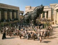Das zehnte Jahr der Belagerung begann, als Odysseus eine geniale Idee hat: Er lässt ein riesiger Holzpferd bauen, in dessen Rumpf sich etliche griechische Krieger verstecken. Trotz einer Warnung der Seherin Kassandra lassen die Trojaner das Pferd in ihre Stadt hinein ...