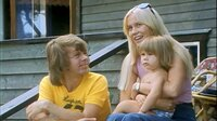 """""""Mamma Mia! Darum lieben alle ABBA"""" begibt sich auf eine Reise durch die Bandgeschichte und die Spuren ihrer Mitglieder. Bild: August 1975, Abba auf ihrer Insel Viggsö vor Stockholm. Agnetha, Björn und ihre Tochter Linda. +++"""