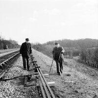 Miss Marple (Margaret Rutherford, l.) und ihr Freund Jim Stringer (Stringer Davis, r.) sind der Leiche auf der Spur. Hat der Täter sie etwa bei voller Fahrt aus dem Zug geworfen?