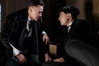Percival Graves (Colin Farrell, l.); Credence Barebone (Ezra Miller, r.)